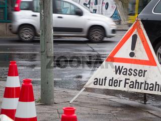 Straßenbaustelle mit Wasser