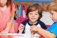 Kinder malen im Kunstunterricht in Grundschule