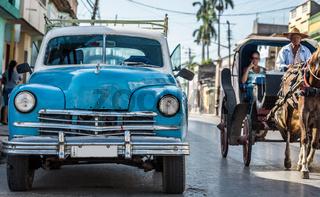 Parkender blauer Oldtimer im Strassenleben von Havanna Kuba