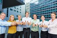 Gruppe Geschäftsleute hält Daumen hoch