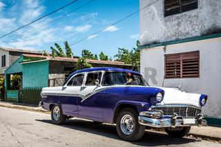 Schöner blauer Oldtimer parkt im Hinterland von Kuba