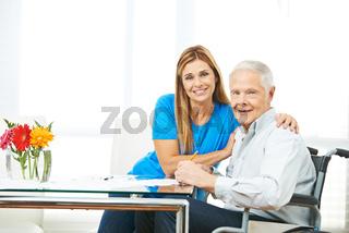 Frau und Senior beim Ausfüllen von Verträgen