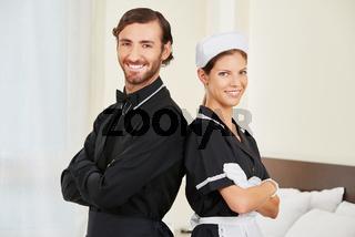 Hoteldiener und Zimmermädchen als Team
