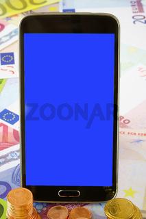 Schwarzes Smartphone mit leerem Display auf Euro Geldscheinen
