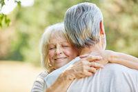 Alte Frau umarmt glücklich Mann