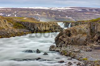 Der Skjalfandafljot Fluss mit dem Godafoss im Hintergrund