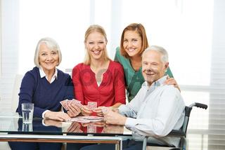 Senioren spielen Karten im Pflegeheim