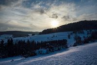 Winterliche Landschaft mit Sonnenuntergang
