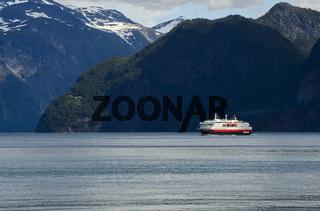 Hurtigruten Schiff Kong Harald im Storfjord