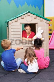 Erzieherin macht Kindertheater im Spielhaus