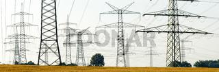 Hochspannungsmasten und Stromleitungen