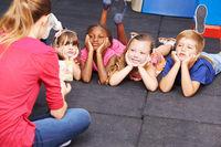 Kinder hören Geschichte zu im Kindergarten