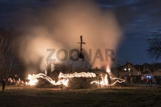 Anzünden eines Osterfeuers in der Lausitz