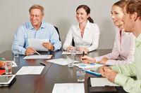 Consultant gibt Beratung für Business Team