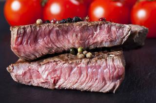 saftige geschnittenen Steakscheiben auf einem Schieferteller