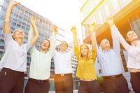 Jubelndes Business Team reißt Arme hoch