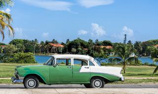 Grüner Oldtimer mit weissem Dach in Varadero Kuba