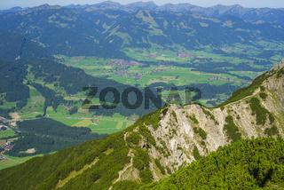Panorama vom Geißalphorn, 1953m, auf den nördlichen Ortsrand von Oberstdorf und das Illertal, Allgäuer Alpen, Allgäu, Bayern, Deutschland, Europa