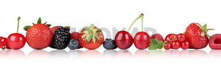 Beeren Früchte Erdbeeren Himbeeren Kirschen in einer Reihe Freisteller