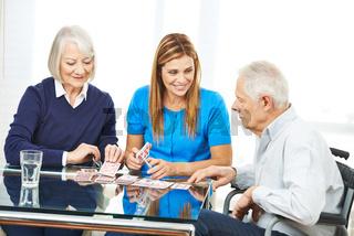 Paar Senioren beim Karten spielen mit Frau