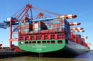 CSCL Atlantic Ocean im Hamburger Hafen, The huge CSCL Atlantic Ocean (China Shipping) landed in Hamburg, Germany, 5th May 2016