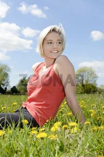 junge Frau auf Wiese