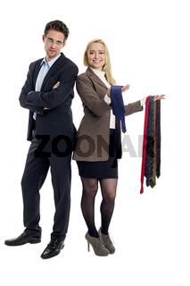 Mann und Frau wählen ein Krawatte aus