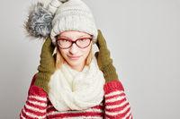 Junge Frau mit Schal und Mütze