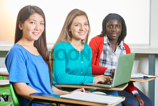 Multikulturelle Gruppe Mädchen mit Laptop
