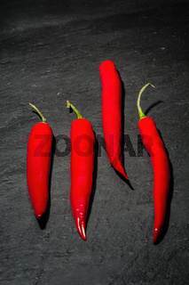 Rote Peperoni auf Naturschiefer
