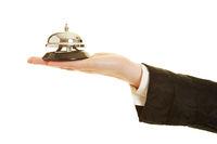 Hand vom Concierge hält Klingel