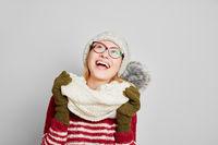 Frau mit Schal und Mütze schaut nach oben