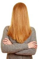 Blonde Frau hat Haare vor Gesicht
