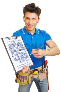 Handwerker zeichnet Grundriss