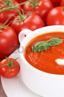 Tomatensuppe Tomaten Suppe in Suppentasse mit Basilikum