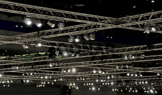 Beleuchtung an einer Hallendecke bestehend aus Leichtmetallträgern und Scheinwerfern