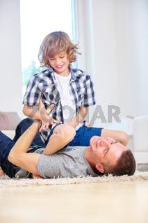 Vater und Junge haben Spaß und toben zusammen