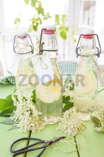 Hausgemachte Limonade mit Holunder