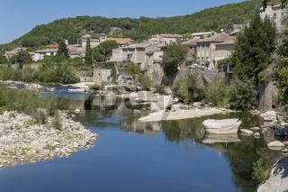 Das Städtchen Vogüe, Frankreich, an der Ardeche