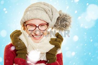 Lachende Frau im Schnee im Winter