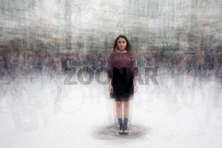 junge Frau im Gewimmel der Großstadt