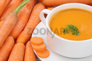 Karottensuppe Möhrensuppe Karotten Möhren Suppe in Suppentasse Nahaufnahme