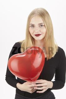 Sie spielt mit einem herzförmigen Luftballon