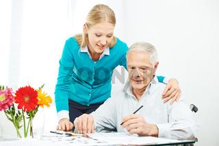 Familie macht Altenpflege zu Hause