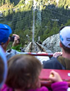 Passagiere auf der Gelmerbahn, steilste Standseilbahn Europas, Grimselwelt, Schweiz