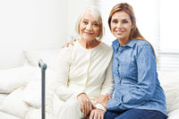 Erwachsene Tochter mit Seniorin zu Hause
