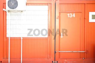 Baucontainer mit verschlossener Eingangstür