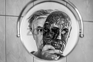 Spiegelbild, Mann mit Maske