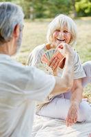 Senioren Paar im Ruhestand spielt Karten