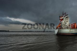 Heck eines Frachters auf der Elbe